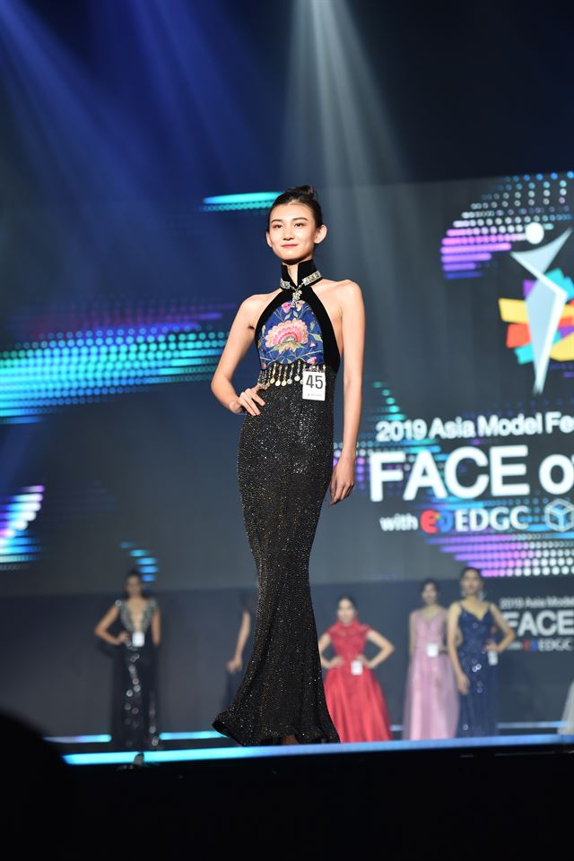 Right: Indonesian model Ayuma, center, with Asia Model Festival Organizing Committee (AMFOC) President Yang Eui-sig, right, after Ayuma won the 2019 Face of Asia Grand Prize in Seoul on Friday. Left: Palash from Bangladesh, center, with model-turned-professor Kim Dong-su, left, and Korea Model Association President Lim Joo-wan, after winning the 2019 Face of Asia Male Model Award. Courtesy of AMFOC