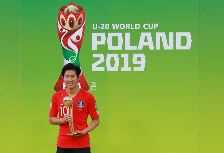 South Korea's Lee Kang-in receives the golden ball after the final match between South Korea and Ukraine at the U-20 World Cup in Lodz, Poland, Saturday. South Korea lost 1-3, finishing as a runner-up. Yonhap.