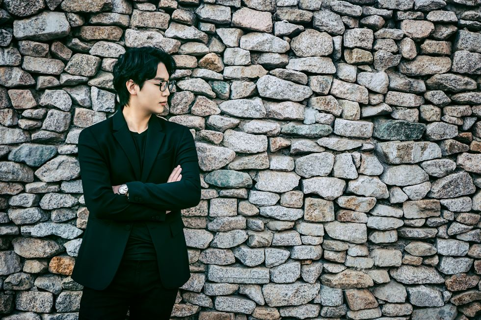 Composer Choi Jae-hyuck conducts a rehearsal of the Korean premiere of his composition 'Self-portrait V' with Yieum Ensemble at Sejong Chamber Hall in Seoul, back in 2015. Courtesy of Estro.