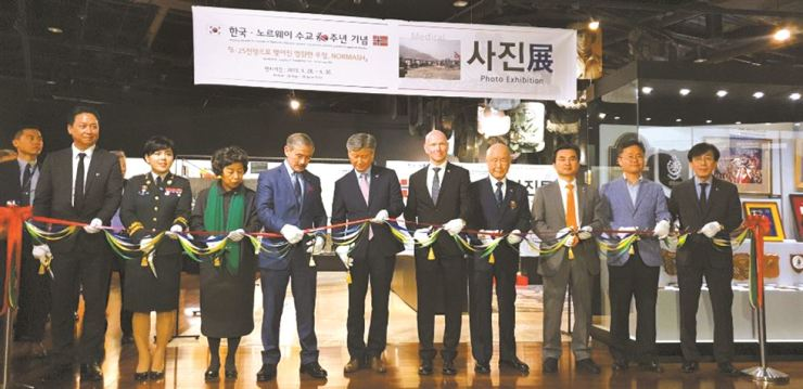 Norwegian Ambassador to Korea Frode Solberg, sixth from left, and U.S. Ambassador to Korea Harry Harris, fourth from left, with other dignitaries during the opening ceremony of a photo exhibition about the Norwegian Mobile Army Surgical Hospital (NORMASH)at the War Memorial in Yongsan-gu, Seoul, May 28. / Korea Times photo by Yi Whan-woo