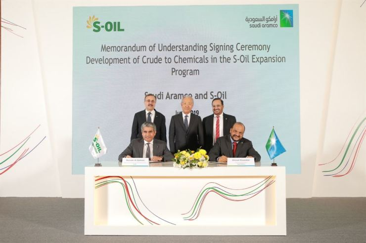 S-Oil CEO Hussain Al-Qahtani, bottom left, signs an MOU on a 7 trillion won investment plan with Saudi Aramco Chief Technology Officer Ahmad Khowaiter, bottom right, during a signing ceremony held Wednesday. From top left are Saudi Aramco CEO Amin Nasser, S-Oil Board Chairman Kim Chul-su and S-Oil Director Abdulaziz Al-Judaimi. Courtesy of S-Oil