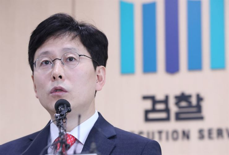 Yeo Hwan-seop, the head of a special team of prosecutors, announces the results of an investigation into bribery allegations involving former Vice Justice Minister Kim Hak-ui, at the Seoul Eastern District Prosecutors' Office, Tuesday. Yonhap