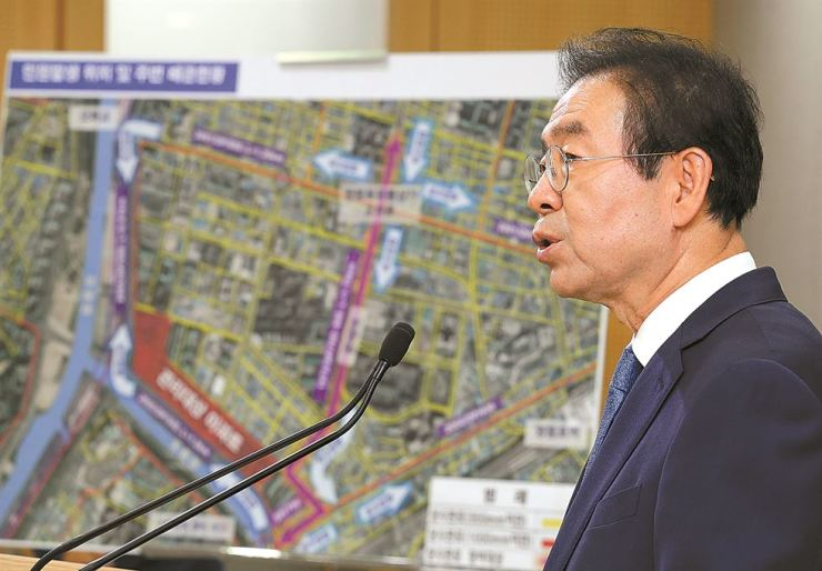 Seoul Mayor Park Won-soon speaks during a press conference at City Hall, Wednesday, about the local government's plan to deal with a recent water contamination issue. / Yonhap