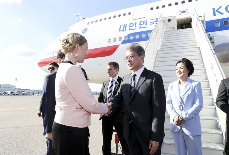 Katri Kulmuni, left, Finnish minister of economic affairs, welcomes South Korean President Moon Jae-in, second from left, and South Korean first lady Kim Jung-sook, right, at Helsinki Airport in Vantaa, June 9. Yonhap