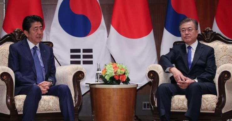President Moon Jae-in and Japanese Prime Minister Shinzo Abe hold a summit at a hotel in New York on the sidelines of the United Nations General Assembly on Sept. 25 last year. Yonhap