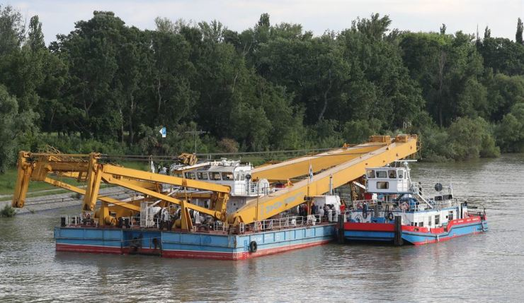 Adam Clark, a crane capable of lifting 200 tons, is docked at a marina Thursday about five kilometers away from the wreckage of Hableany, a tour boat that capsized and sank on May 29 on the Danube River in Budapest, Hungary. Yonhap