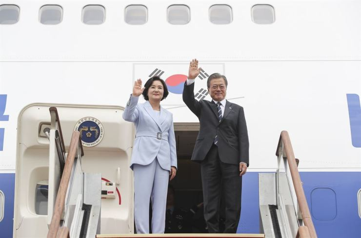 President Mon Jae-in and first lady Kim Jung-sook wave their hands at Seoul Air Base in Seongnam, Gyeonggi Province, Sunday, before departing for his state visit to three Scandinavian, such as Finland, Norway and Sweden. Yonhap