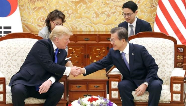 President Moon Jae-in and U.S. President Donald Trump shake hands during a summit at Cheong Wa Dae in Seoul in November 2017. Yonhap