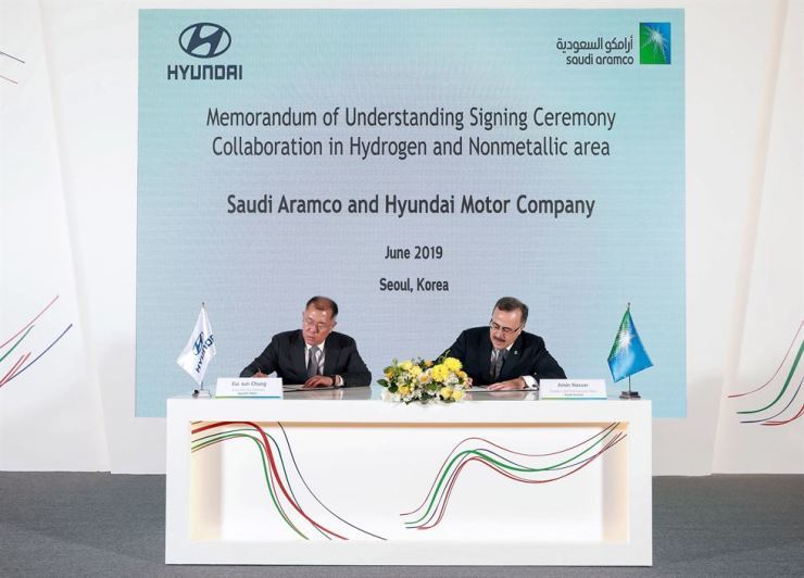 Hyundai Motor Group Executive Vice Chairman Chung Euisun, left, and Saudi Aramco CEO Amin Nasser sign an MOU over their comprehensive partnership on hydrogen energy during a ceremony at the Conrad Hotel on Yeouido, Seoul, Tuesday. Courtesy of Hyundai Motor