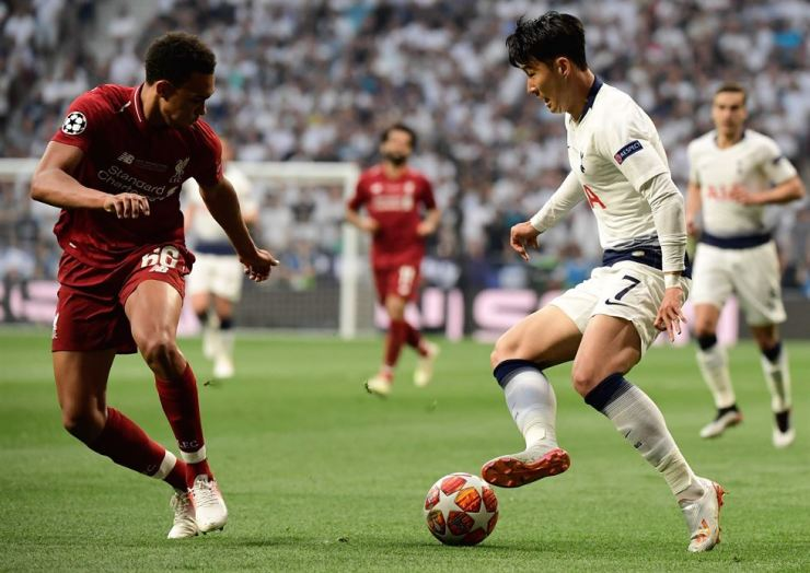 Liverpool's English defender Trent Alexander-Arnold, left, challenges Tottenham Hotspur's South Korean striker Son Heung-Min during the UEFA Champions League final football match between Liverpool and Tottenham Hotspur at the Wanda Metropolitan Stadium in Madrid on June 1, 2019. AFP-Yonhap
