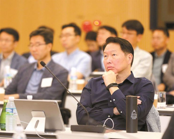 SK Group Chairman Chey Tae-won listens to a presentation during an in-house forum held at SK Management System (SKMS) in Icheon, Gyeonggi Province, Tuesday. At the forum, Chey stressed the importance of maximizing happiness at work. / Yonhap