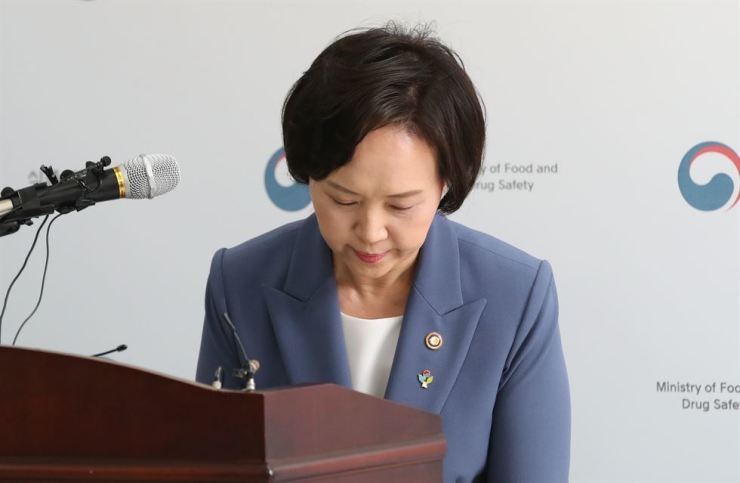 Minister of Food and Drug Safety Lee Eui-kyung apologizes for the ministry's handling of the cancelled gene therapy drug Invosa during a press conference at its office in Seoul, Wednesday. Yonhap