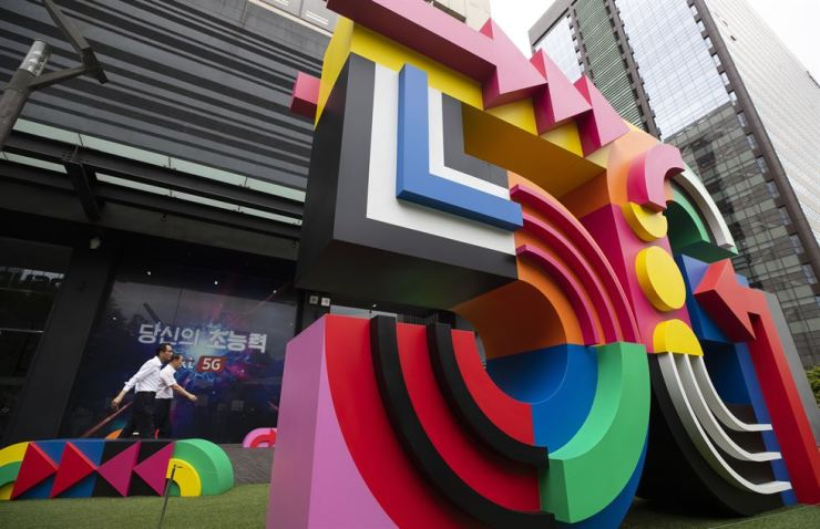 A telecommunication service shop at Gwanghwamun area in Seoul's Jongno District with a '5G' sculpture in front. Yonhap