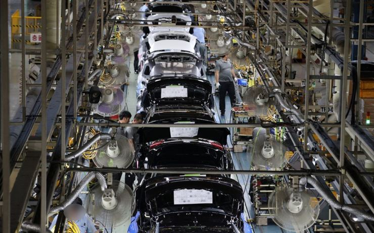 Renault Samsung employees manufacture vehicles at the company's plant in Busan, Wednesday. The company's union called off an all-out strike and reached a tentative agreement with management over last year's wage increases, and collective bargaining. Yonhap
