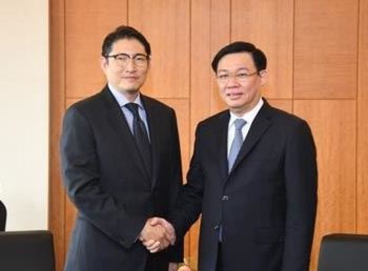 In this photo provided by Hyosung, Hyosung Group Chairman Cho Hyun-joon shakes hands with Vietnamese Deputy Prime Minister Vuong Dinh Hue after discussing business cooperation at the Lotte Hotel in Seoul on June 19.