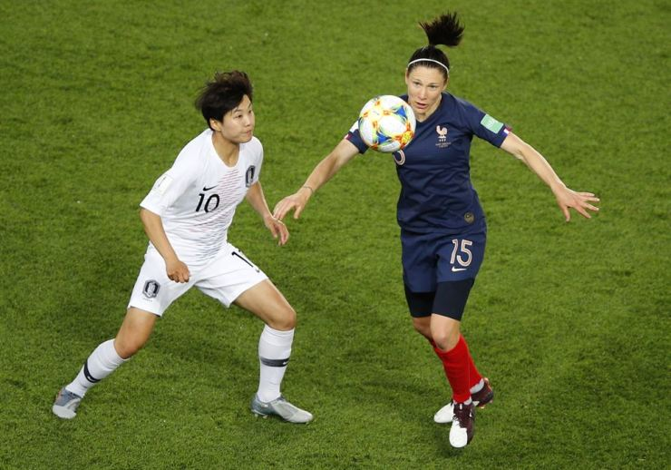 South Korea's Ji So-yun, left, challenges for the ball with France's Elise Bussaglia during the Women's World Cup Group A soccer match at the Parc des Princes in Paris, Friday. AP-Yonhap
