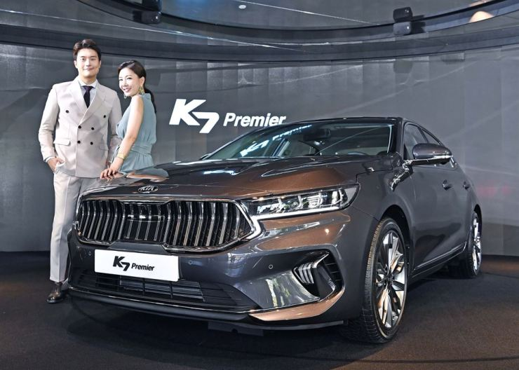 Models pose with Kia Motors' K7 Premier during a media showcase event in Gangnam-gu, Seoul, Wednesday. The facelifted model features a number of design updates and new driver assist technologies, with the 2.5-liter gasoline model being powered by a new engine. Kia Motors began receiving preorders and prices start from 31.02 million won. Courtesy of Kia Motors