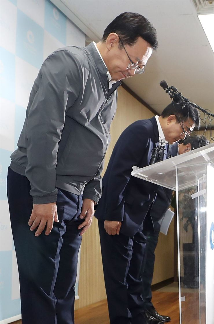 Incheon Mayor Park Nam-choon apologizes for the contaminated tap water crisis that has affected thousands of households in the western Incheon region, during a press conference at Incheon City Hall, Monday. Yonhap