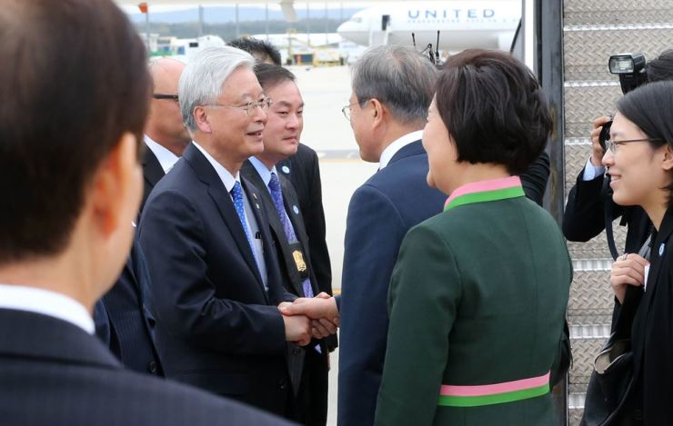 South Korean Ambassador to the United States Cho Yoon-je, left, shakes hands with the South Korean President Moon Jae-in who, with first lady Kim Jung-sook, second from right, are departing an airport in Dallas, the United States, April 11, 2019. Korea Times file