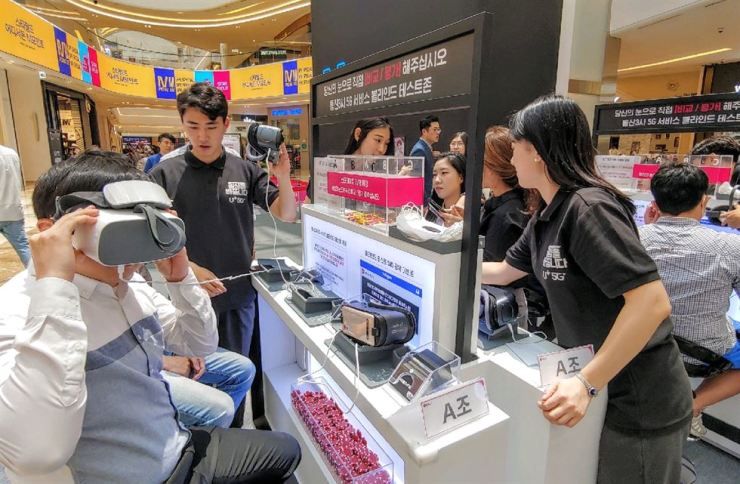A man wearing a VR headset takes a blind test of VR image quality at an event hosted by LG Uplus, at Starfield Hanam shopping mall in Gyeonggi Province, Thursday. / Courtesy of LG Uplus