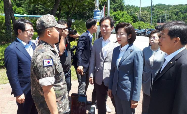 Rep. Na Kyung-won, floor leader of the main opposition Liberty Korea Party (LKP), third from right, and several LKP lawmakers talks with a Navy official in front of the Navy's 1st Fleet near the port of Samcheok, Gangwon Province, Monday. The defense minister rejected the LKP members' request to enter the military base as their visit could have negatively influenced the military, the ministry said on Sunday. Yonhap