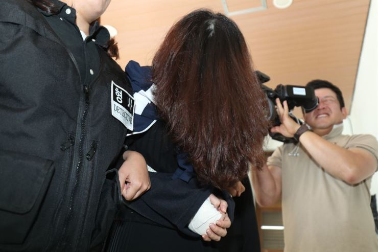 Murder suspect Koh Yoo-jung is taken from Jeju Dongbu Police Station to the Jeju District Prosecutors' Office, Wednesday. Yonhap
