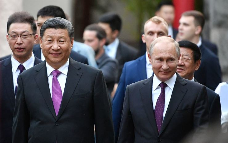 Russian President Vladimir Putin and Chinese President Xi Jinping visit the Moscow Zoo, which received a pair of giant pandas from China, in Moscow, Russia, June 5. Reuters-Yonhap