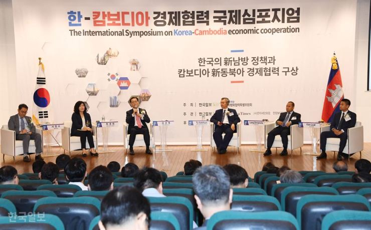 Kim Sang-mook, third from left, KOTRA's Executive Vice President for Economic Cooperation and Trade Affairs, speaks during a panel discussion at The International Symposium on Korea-Cambodia Economic Cooperation, held at the National Assembly, Monday. From left are Seo Jung-soo, dean of Keimyung Adams College; Choi Kyung-hee, a researcher at Seoul National University's Asia Center; Kim; Ty Sokyun, a member of Cambodia's National Assembly; Long Dimanche, Cambodia's Ambassador to South Korea; and Yim Leat, a member of Cambodia's National Assembly.