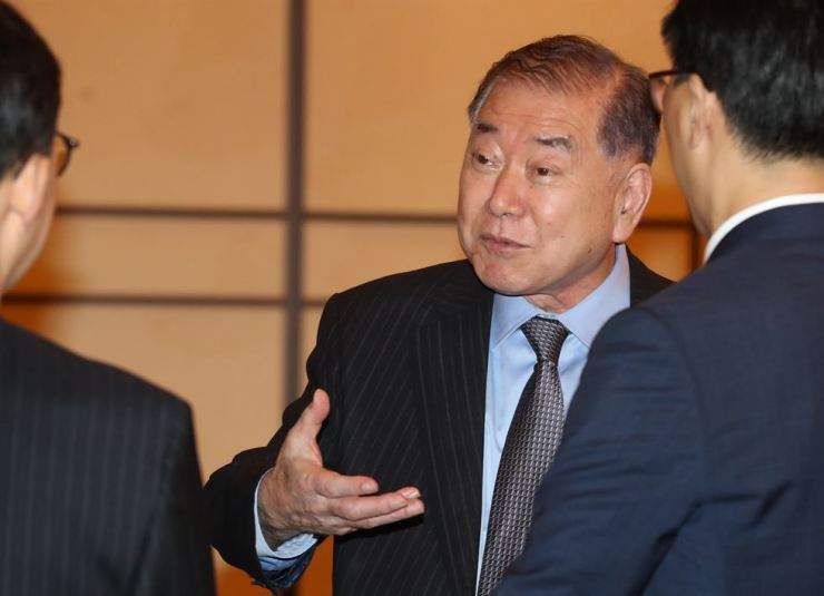 Moon Chung-in, a special presidential advisor to South Korean President Moon Jae-in, talks to participants of a forum at Chosun Hotel in Seoul's Jung-gu District, Wednesday. Yonhap
