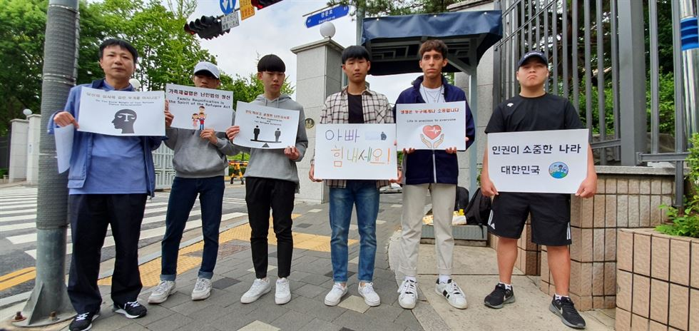 Iranian refugee Kim Min-hyuk, 16, holds a one-man demonstration in front of the Ministry of Justice at Gwacheon Government Complex in Gyeonggi Province, to call on the government to recognize his father as a refugee, Monday, a day prior to the father's interview for the refugee status. Korea Times photo by Kim Jae-heun