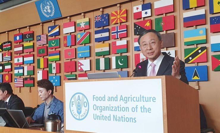 KT Chairman Hwang Chang-gyu delivers a keynote speech about the adoption of ICT in farming at the Digital Agriculture Transformation conference, hosted by the Food and Agriculture Organization of the United Nations (FAO), in Rome, Wednesday. Hwang agreed with the FAO to cooperate on agricultural innovation and smart farming. / Courtesy of KT