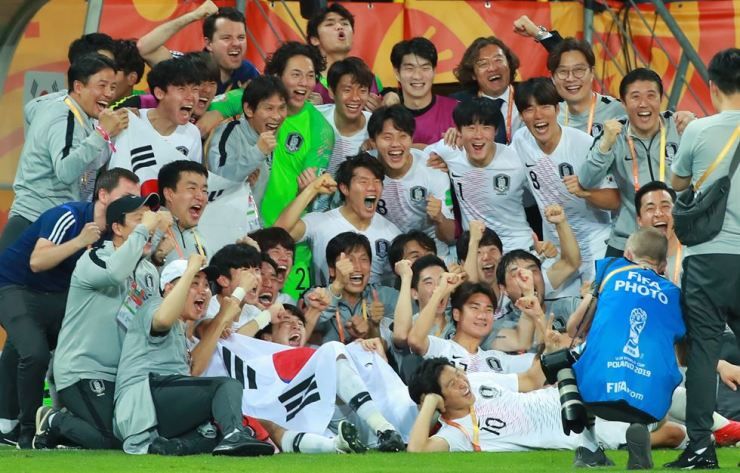 South Korea's players celebrate after winning the semifinal match between Ecuador and South Korea at the U-20 World Cup soccer in Lublin, Poland, Tuesday. Yonhap