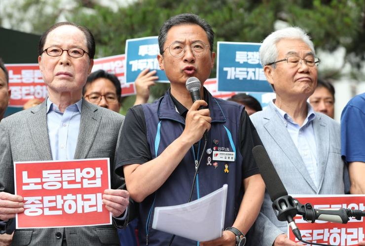 Kim Myeong-hwan, chairman of the Korean Confederation of Trade Unions, talks to reporters in front of the Seoul Southern District Court, Friday, before the court review on an arrest warrant over his alleged involvement in violent rallies. He was arrested later in the evening. / Korea Times photo by Hong In-ki