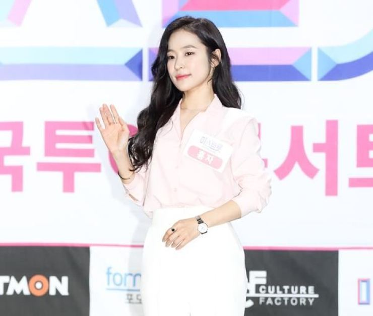 Singer Hong Ja waves toward the camera at TV Chosun's 'Ms. Trot' live concert at Mapo-gu, Seoul, in this April 25 file photo. / Korea Times file