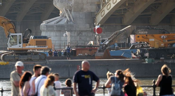 Hungarians watch preparations to salvage the Hableany on the Danube River. Yonhap