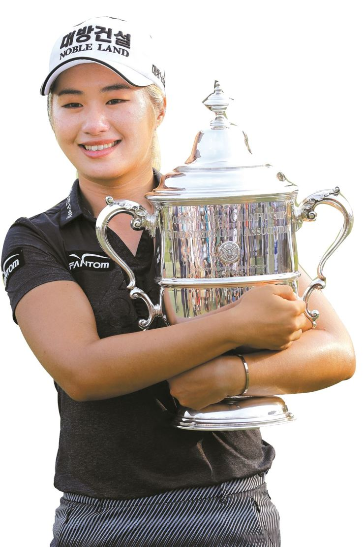 Lee Jeong-eun of South Korea, holds the championship trophy after winning the final round of the U.S. Women's Open golf tournament in Charleston, S.C., Sunday. / AP-Yonhap