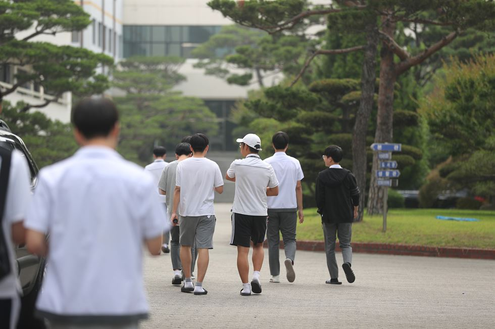 Sangsan High School principal Park Sam-ok announces the North Jeolla Province Office of Education's decision to revoke the school's license, Thursday. Yonhap