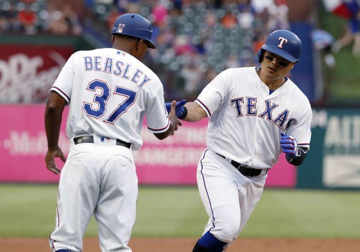 Texas Rangers third base coach Tony Beasley congratulates Shin-Soo Choo, right, who heads home after hitting a leadoff home run off Baltimore Orioles' Dylan Bundy during the first inning of a baseball game in Arlington, Texas, Tuesday. AP-Yonhap