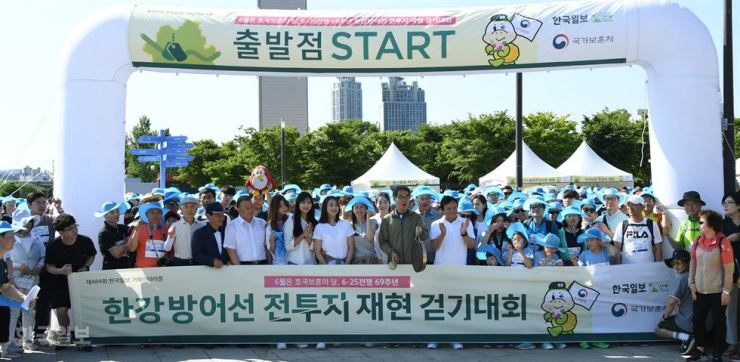Vice Minister of Patriots and Veterans Affairs Lee Byeong-goo, center, strikes a jing, or Korean gong, to signal the start of the 484th Turtle Marathon, hosted by the Hankook Ilbo, sister newspaper of The Korea Times, at Yeouido Hangang Park Multi Plaza, Saturday. The event commemorates the Han River Battle during the 1950-53 Korean War. Korea Times photo by Oh Dae-geun