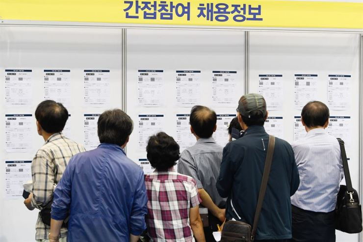 Debate has heated up over whether Korea should consider extending the retirement age to 65 from the current 60. Korea Times file