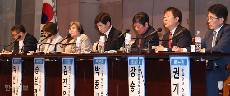 Panelists speak during an open hearing on the government's proposed progressive electricity pricing system reform in Gwanghwamun, Seoul, Monday. Korea Times photo by Bae Woo-han