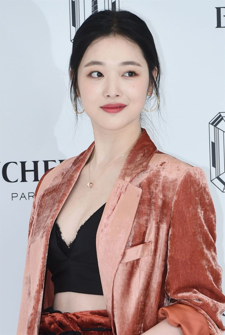 Sulli, an actor and ex-member of K-pop girl group f(x), poses for the camera at a pop-up store event held at the Galleria department store May 16. Sulli announced she will release the solo single album 'Goblin' on June 29. / Korea Times file
