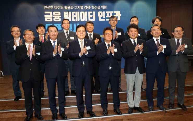 Financial Services Commission Choi Jong-ku, third from left in the front row, applauds with lawmakers and financial executives at the opening of an event promoting big data in finance at the Korea Federation of Banks, Seoul, Monday. Yonhap