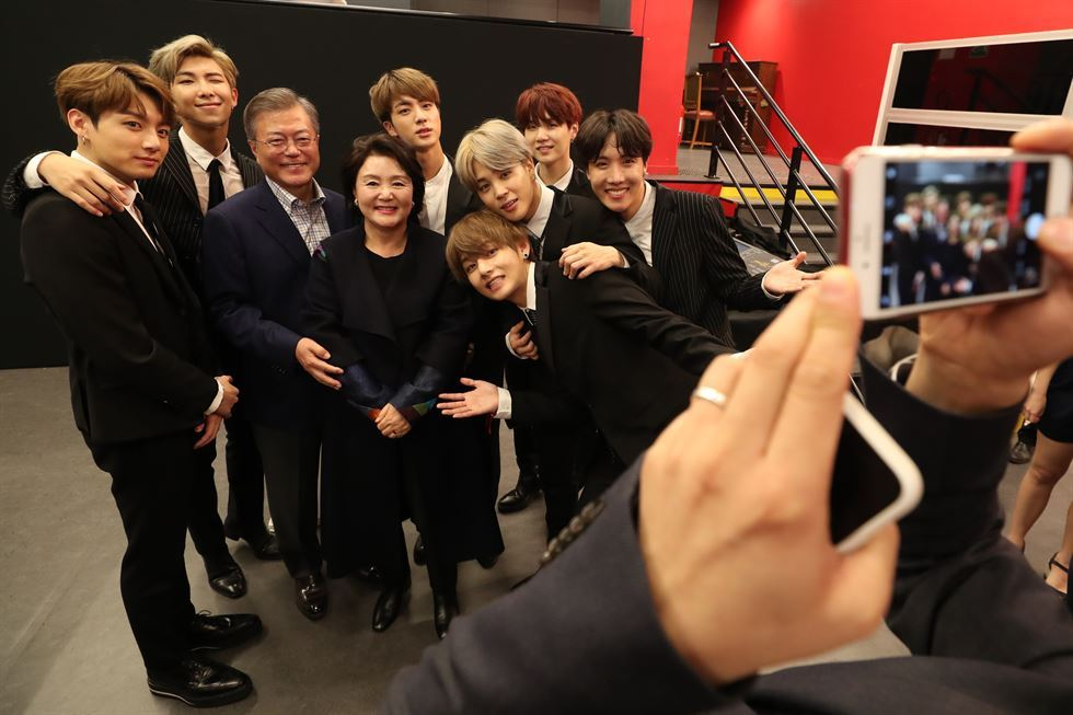 K-pop sensation BTS received watches from President Moon Jae-in in return for their Paris gig. Capture from YouTube account of 'Roh Moo Hyun Foundation.'