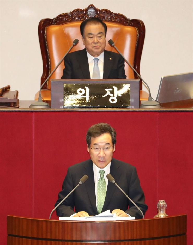 Prime Minister Lee Nak-yon delivers a parliamentary speech on the government's additional budget urging the National Assembly to swiftly pass it Monday. The political parties failed to resume normal National Assembly activities after the main opposition Liberty Korea Party reversed its stance on resumingthe sessions. Yonhap