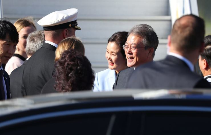 President Moon Jae-in and first lady Kim Jung-sook are greeted by officials from Finland upon their arrival at the Helsinki-Vantaa Airport on Sunday. Yonhap
