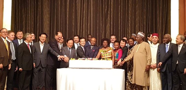 Gabonese Ambassador and Dean of the African Group of Ambassadors Carlos Victor Boungou, 13th from left, joins a cake-cutting ceremony with First Vice Foreign Minister Cho Sei-young, 11th from left, National Assembly Deputy Speaker and President of the National Assembly's Forum for Africa's New Era Lee Ju-young, ninth from left, and other dignitaries during an anniversary reception for Africa Day at the Lotte Hotel in downtown Seoul, June 12. /  Korea Times photo by Yi Whan-woo