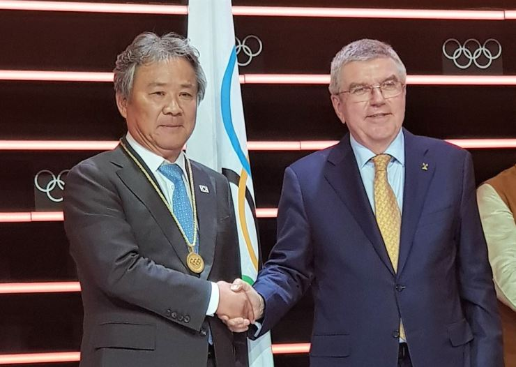 Lee Kee-heung, left, a new member of the International Olympic Committee, and IOC President Thomas Bach at the IOC headquarters in Lausanne, Switzerland, June 26. Courtesy of the Korean Sport and Olympic Committee