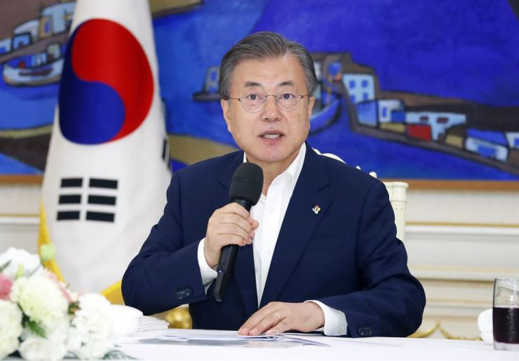 South Korean President Moon Jae-in speaks during a luncheon meeting at Cheong Wa Dae, June 7, in front of about 20 civil workers whose job performances have earned notable recognition. Yonhap