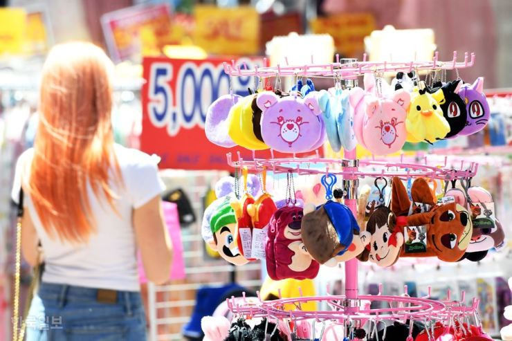 Average spending by foreign tourists visiting Korea has tumbled, according to recent data. gettyimagesbank